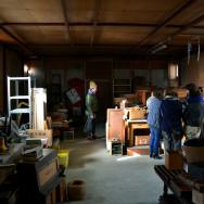 倉庫の様子と悩む人々